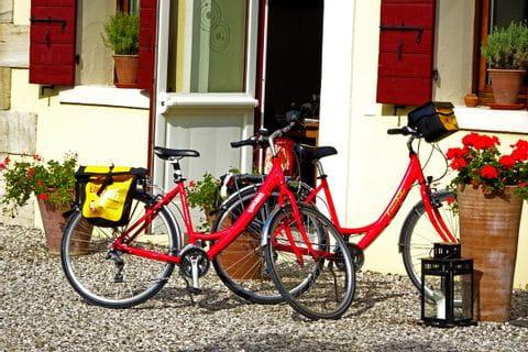 Fahrräder vor einem Restaurant