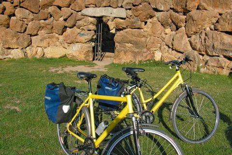Räder vor Steinmauer