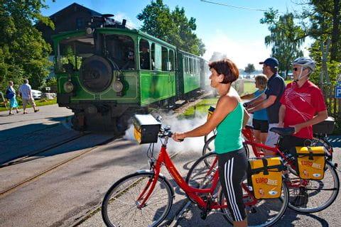 Eurobike Radler warten auf Dampfzug in Prien