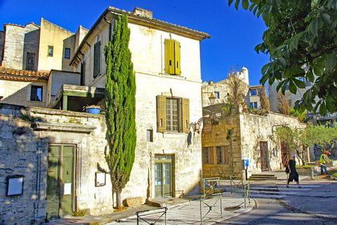 Blick in die ruhigen Straßen eines typischen Dorfes in der Provence