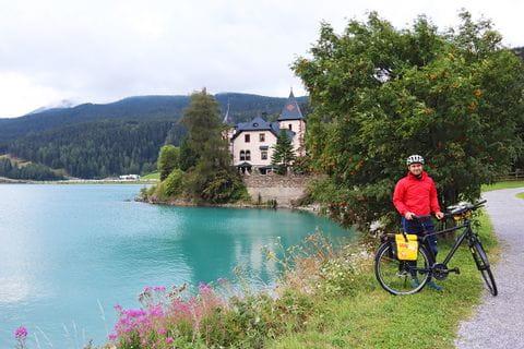 Radler am Reschensee-Ufer