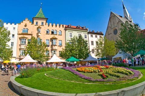 Blumenschmuck auf Platz in Brixen