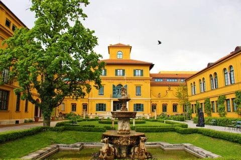 Innenhof Museumsplatz am Lembach in München