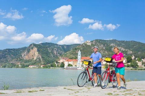 Radfahrer am Steg an Donau