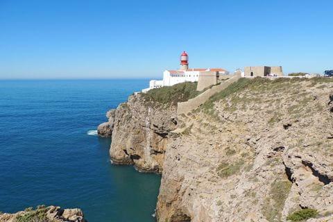 Leuchtturm an einer Steilküste