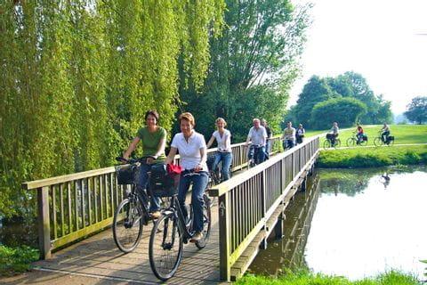 Radfahrer durchqueren den Freizeitpark Pröbsting