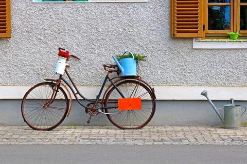 mit Blumen dekoriertes altes Fahrrad