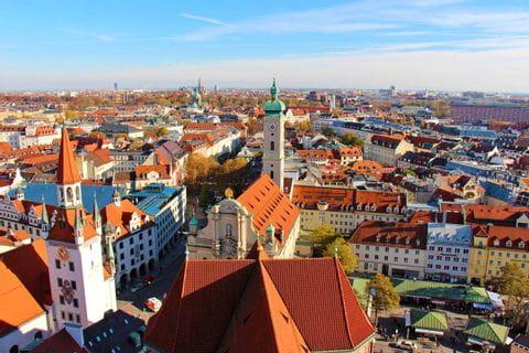 Panorama Aussicht über München mit weiß-blauen Himmel
