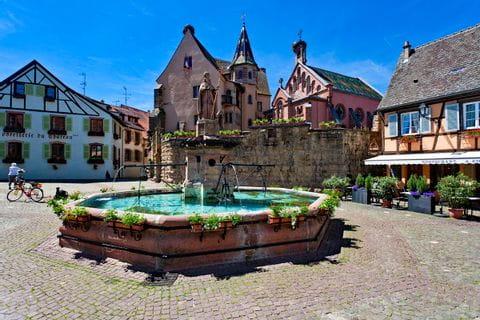 Wunderschöner Dorfplatz mit Brunnen in Eguisheim