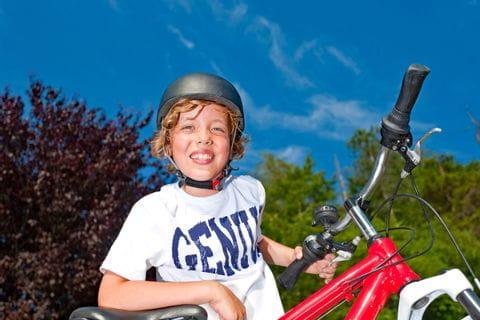 Radreise Zehn Seen Junge mit Fahrrad