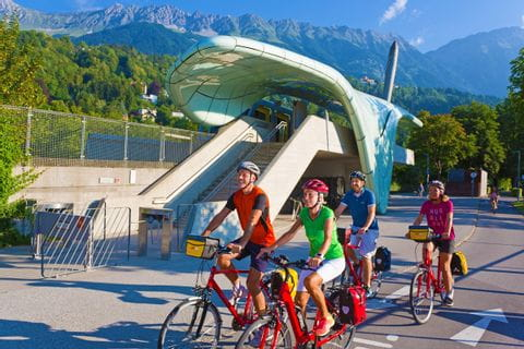 Gruppe von Radfahrern vor Hungerburgbahn