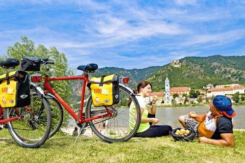 Radfahrer machen Pause in Dürnstein am Ufer der Donau