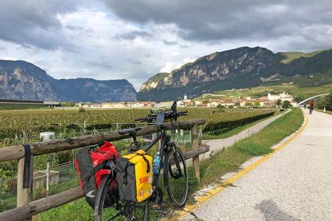 Rast mit Ausblick auf die Südtiroler Landschaft