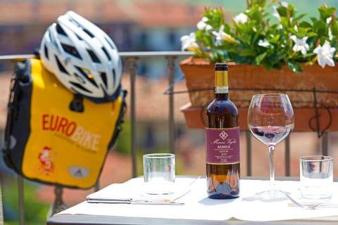 Piemont Sternfahrt Pause mit genüsslichem Wein