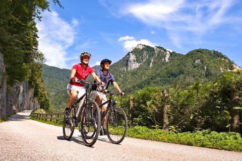 Radfahrer vor Berg