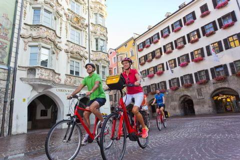 Radler in der Altstadt von Innsbruck