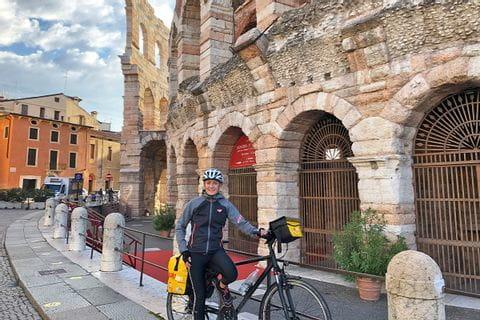 Verena vor der Arena in Verona