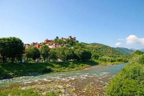 Fluss in Mondovi entlang der Radtour von Turin nach Sanremo