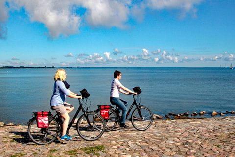 Radfahrer die auf das Meer blicken