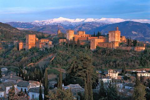 Alhambra vor verschneiten Bergen