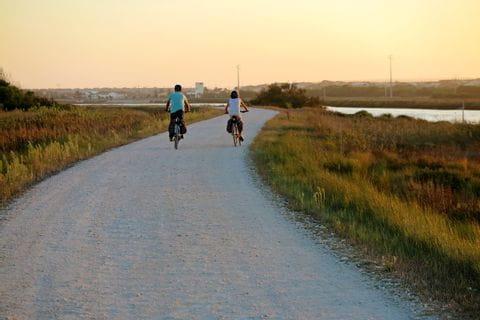 Radfahrer auf einem Radweg beim Sonnenuntergang in Portugal