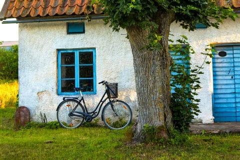 Fahrrad lehnt am Haus