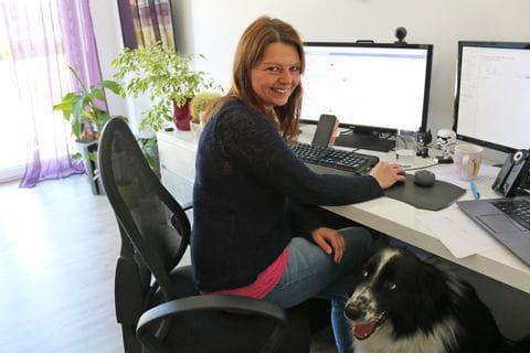 Sabine im Homeoffice vor dem PC
