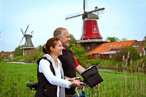 Radpause bei den Windmühlen in Ostfriesland