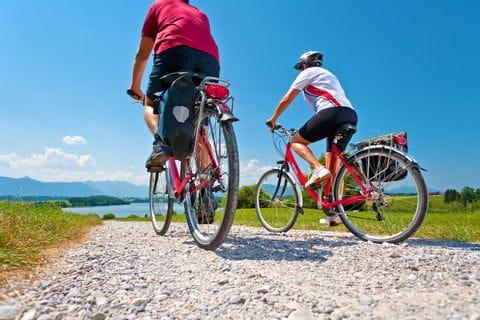 Radfahrer von hinten fotografier am Riegsee