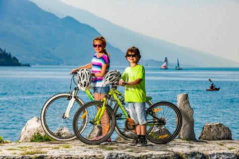 Kinder mit den Rädern am Gardasee