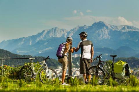 Zwei Radfahrer vor Bergpanorama