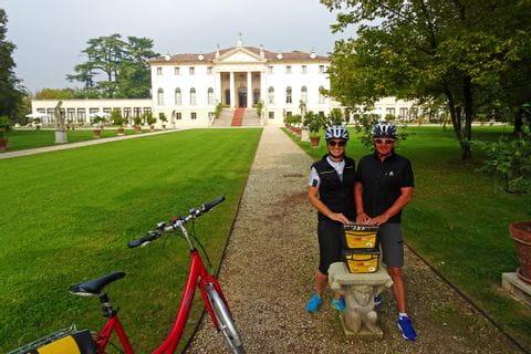 Radfahrer mit Statue im Hotelgarten