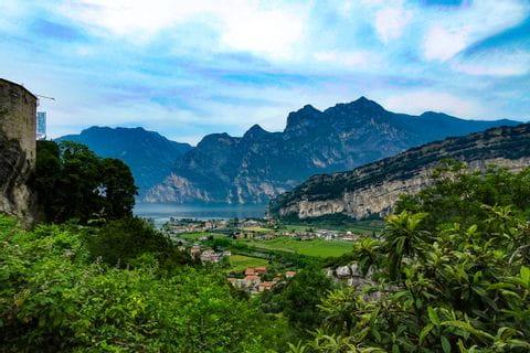Landschaft mit Gardasee im Hintergrund