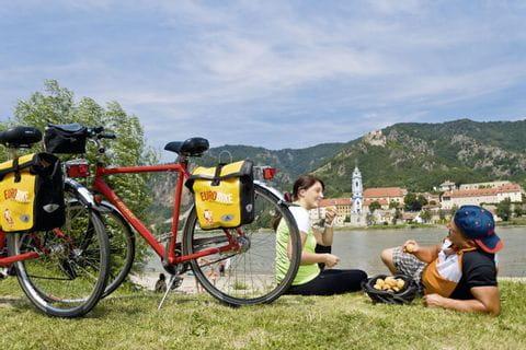 Radfahrer machen Pause in Dürnstein an der Donau