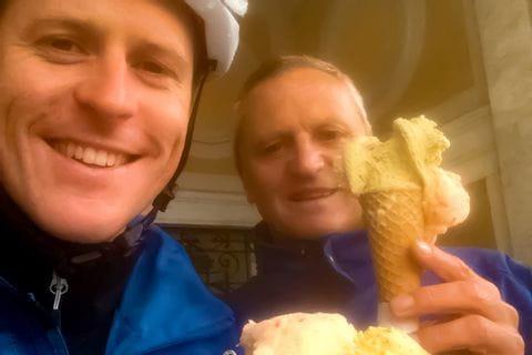 Radfahrer essen Eis in Mori