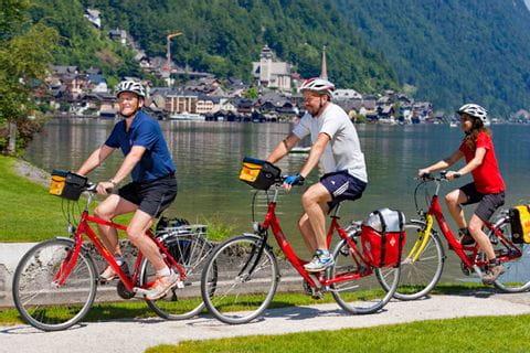 Radfahrer am Ufer des Hallstättersees