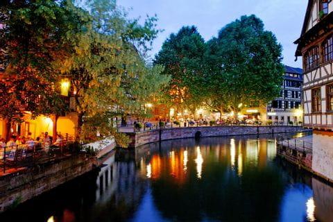 Das Viertel Petit France in Straßburg am Abend