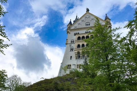 Blick von unten auf einen Seitenturm Schloss Neuschwanstein