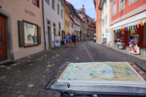 Blick über die Satteltasche auf die Fußgängerzone in Stein am Rhein