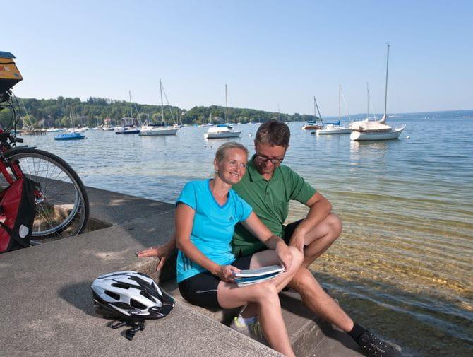 Radfahrer machen Pause am Ammersee