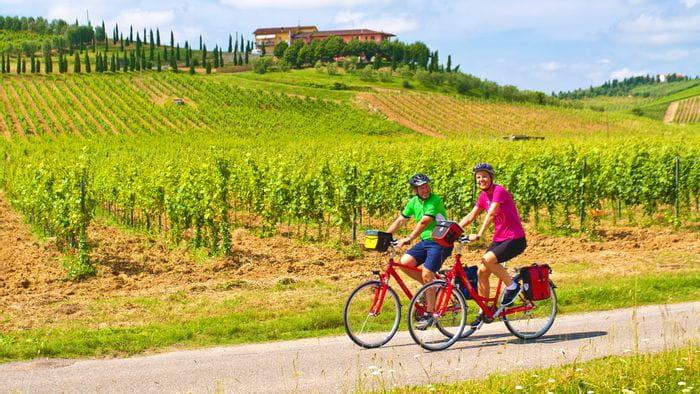 Eurobike Radfahrer vor Weinberg bei Stabbia