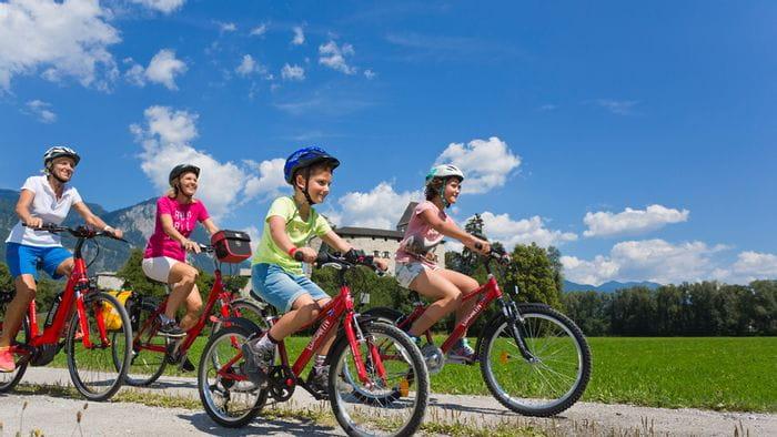 Zwei Damen beim Radfahren in Tirol mit Junge und Mädchen während der Radreise am Inn-Radweg