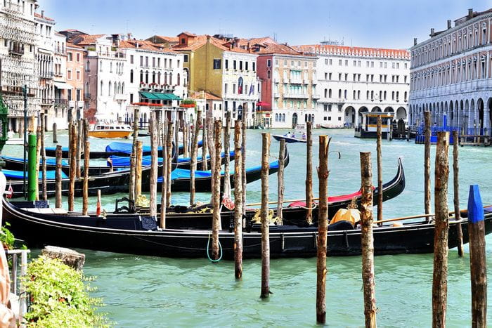 Gondeln am Canale in Venedig