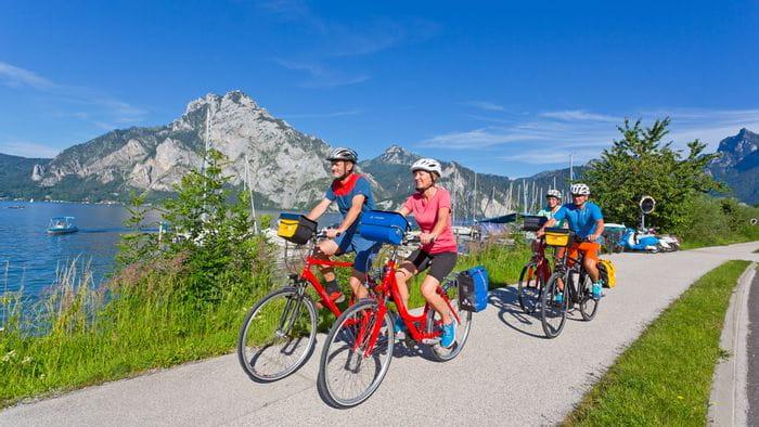 Radfahrer am Traunsee im Salzkammergut