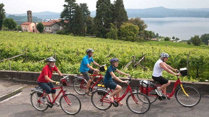 Gruppe von Radfahrern im Piemont