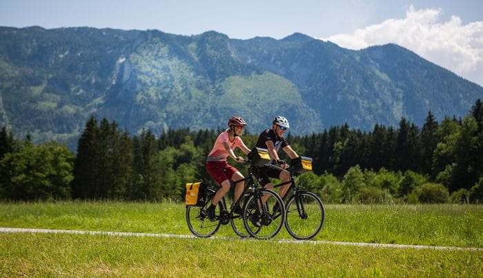 Zwei sportliche Radler in den Bergen