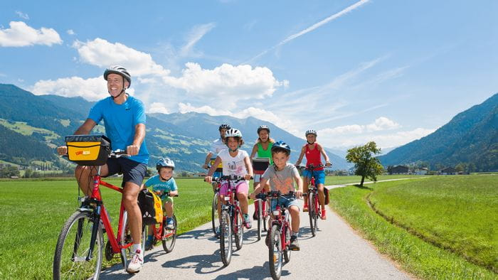 Family cycling along the Tauern cycle path