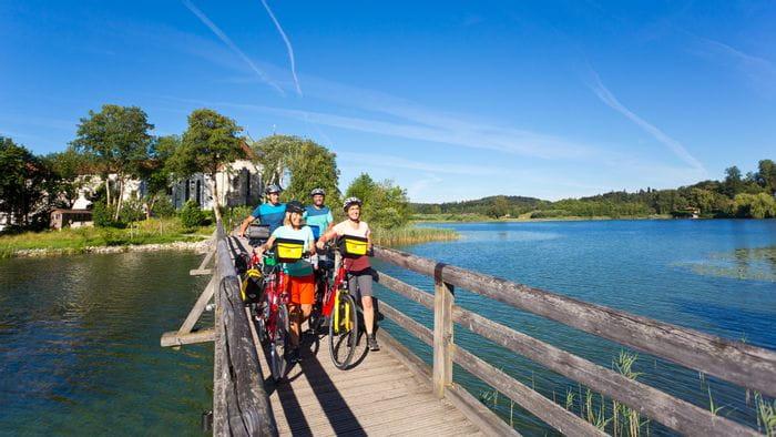 Radfahrer vorm Kloster Seeon