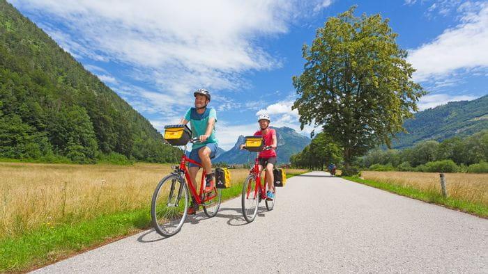 Radfahrer am Radweg im Salzkammergut